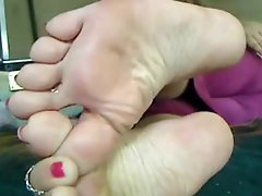 Amateur puts her marvelous feet on camera